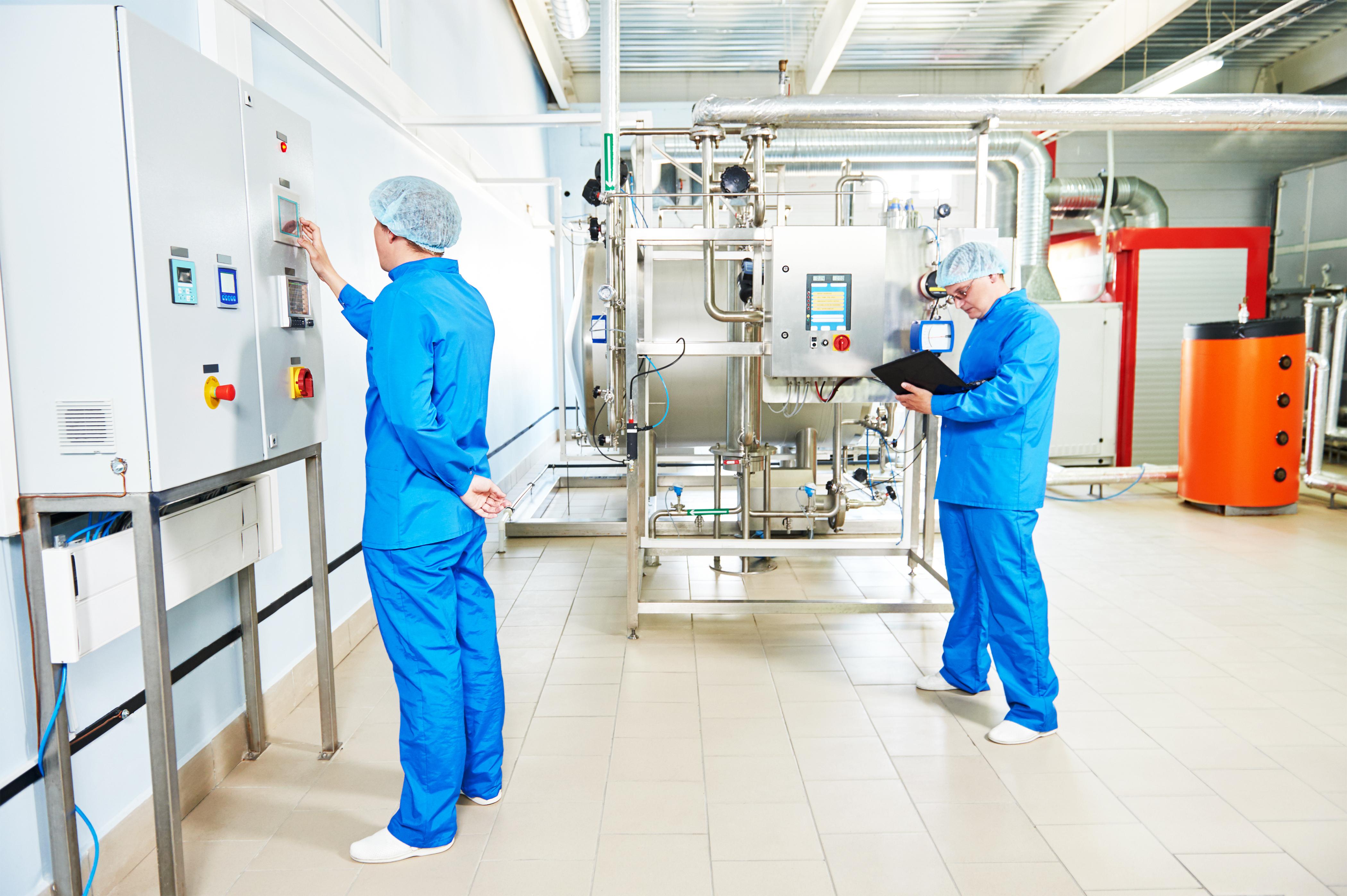 Trabajadores monitorizando los procesos industriales