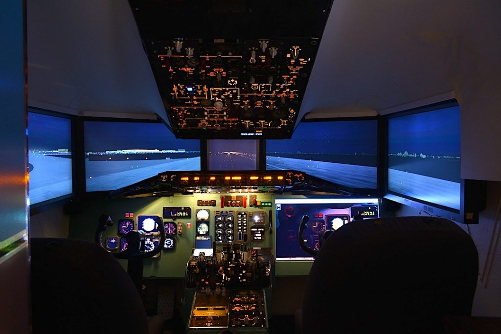 Imagen de una cabina que simula vuelos