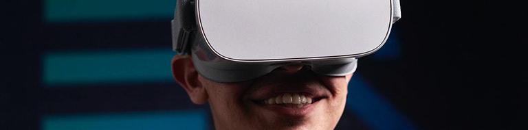 Imagen de un joven con lentes de realidad virtual